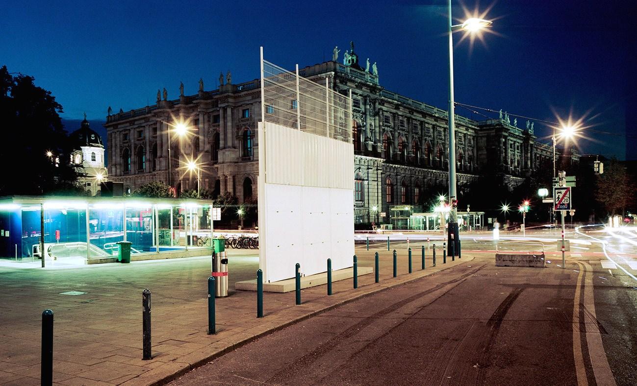 Installationsansicht, Belfast Peace Line, Largest Common Divider, Museumsquartier, Wien, 2014-2015,Foto: Severin Koller