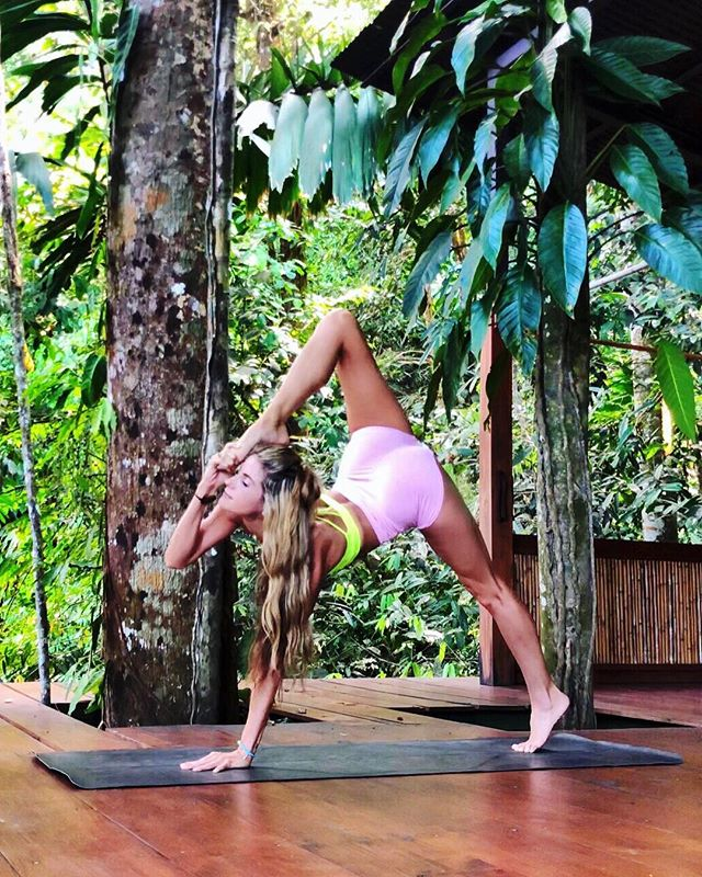 The art of life is letting go. ✨✨✨ Wearing @aloyoga 💛💗 #yoga #aloyoga #costarica 📍@vistacelestial #travel #jungle