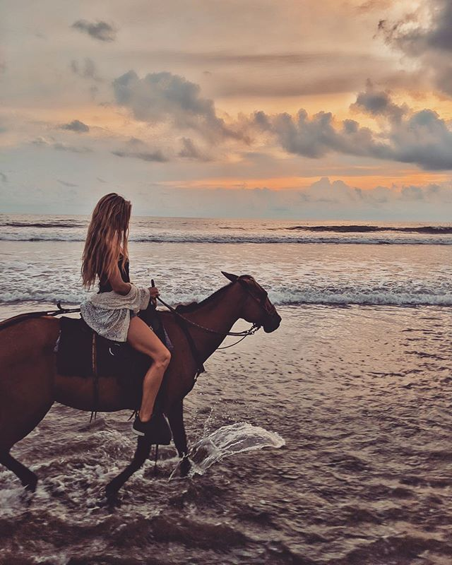When we speak of magic, we should speak of the moments that were the purest. 🐴 🌅  Side note: I learned my lesson about running a horse wearing shorts. 🤦🏼‍♀️ouch #costarica #sunset #magic 📷👉🏼 @paging_kev