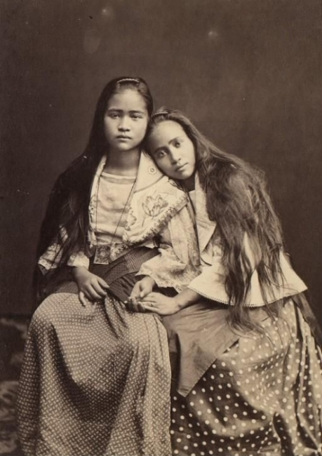 Pilipinx sisters / Courtesy of Bibliotheque Nationale de France