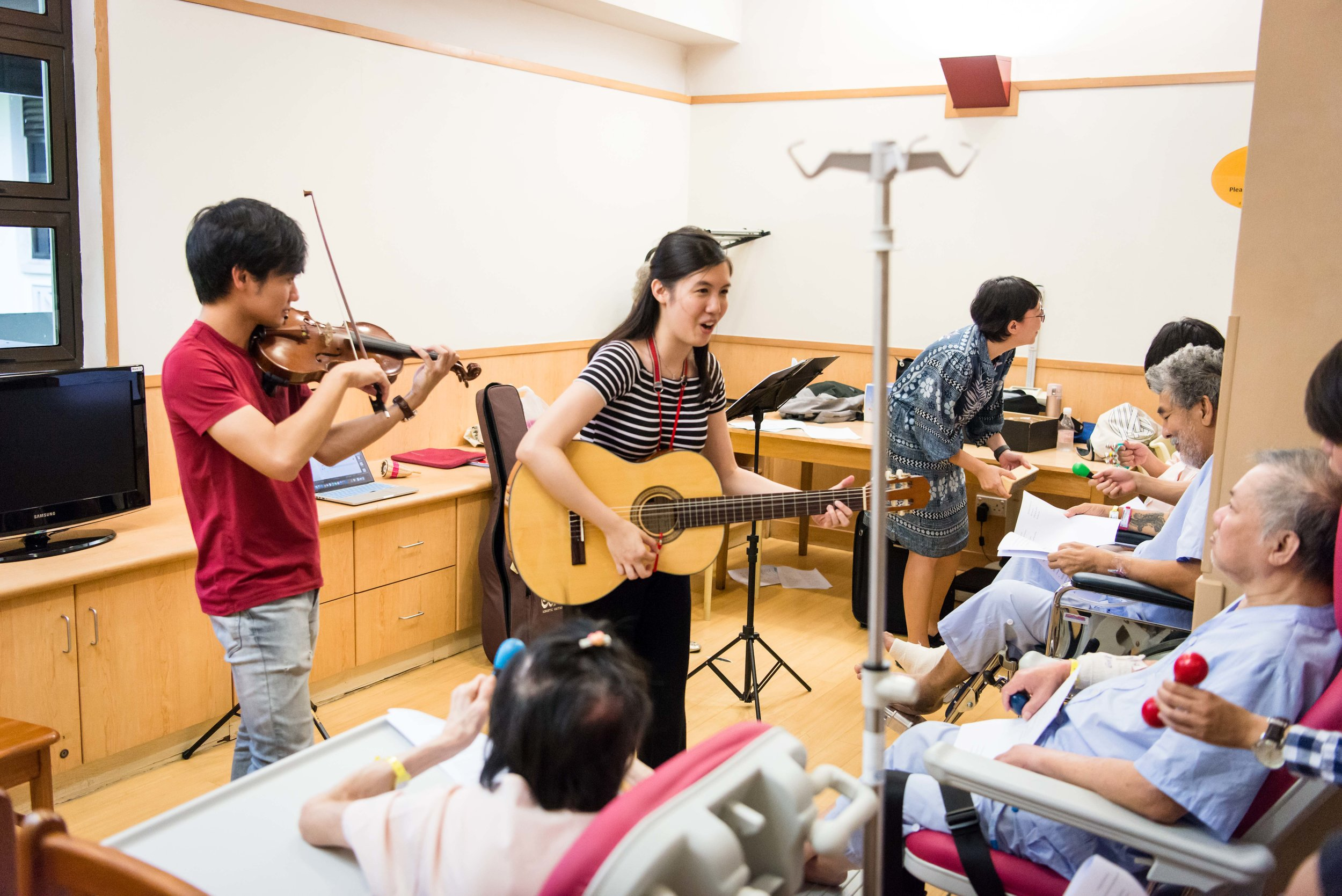 Above: Year 4 flautist, Rachel Ho, facilitates a music engagement session with patients in the wards of Alexandra Hospital, joined by YST alumnus Gabriel Lee (BMus '15) on violin