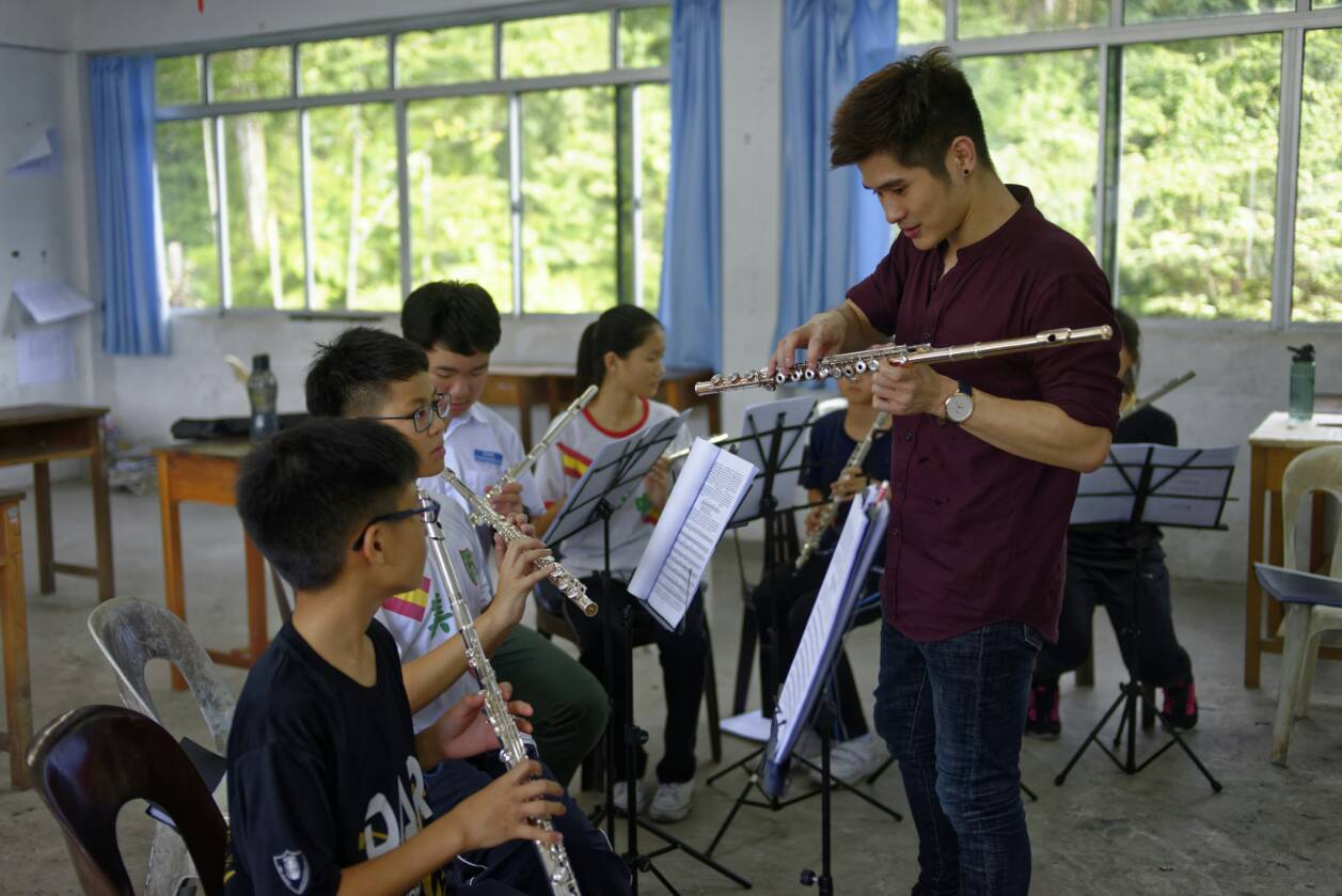 Shao Ming coaches students on flute technique.