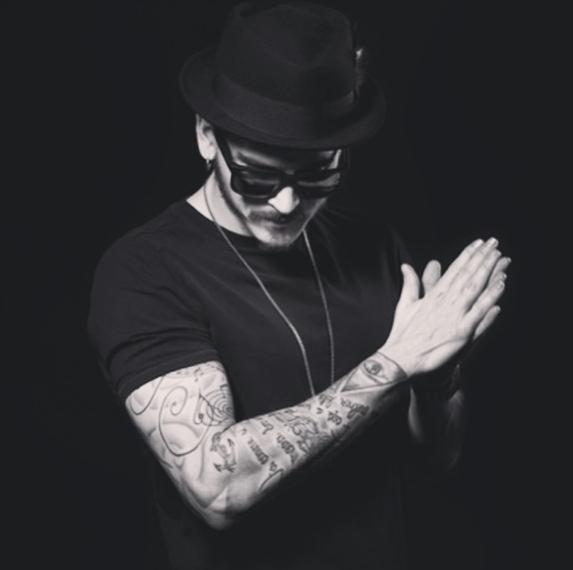 CURTIS LEON   Issu de la culture « Underground Music et Funk » et influencé par des djs tels que Frankie Knuckles, Dennis Ferrer ou encore Loco Dice, Curtis Leon s'inspire rapidement de différents courants musicaux pour créer son propre style. De la house music en passant par le hip hop ou le rock, ses sets sont un véritable voyage musical.