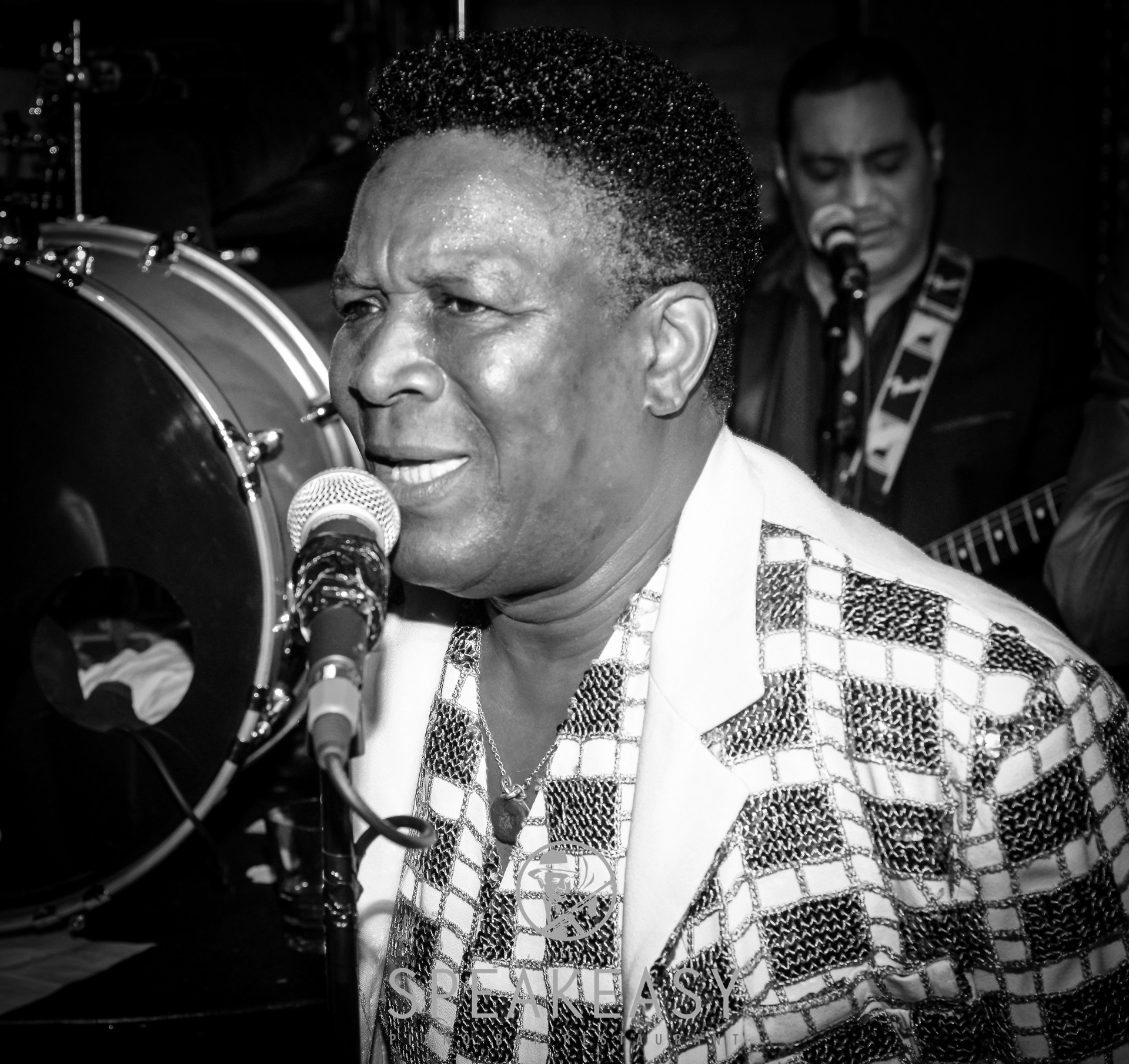 Allan Adote   Allan Adote est le roi de la soul and funk. Artiste intense et généreux, il se dépense sans limite sur scène.  Son répertoire va de l'histoire afro-américaine de Wilson Picket à Rufus Thomas, de la Tamla Motown à James Brown.  L'énergie inépuisable d'Allan Adote vous procurera l'envie de danser sur la piste !