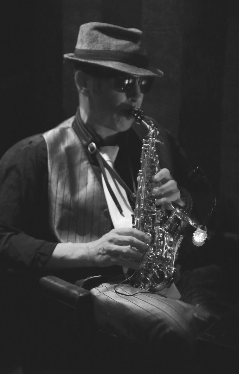 Gulliver Allwood   Saxophoniste déjanté, est capable d'accompagner les artistes et les DJs sur toute sorte de musique.