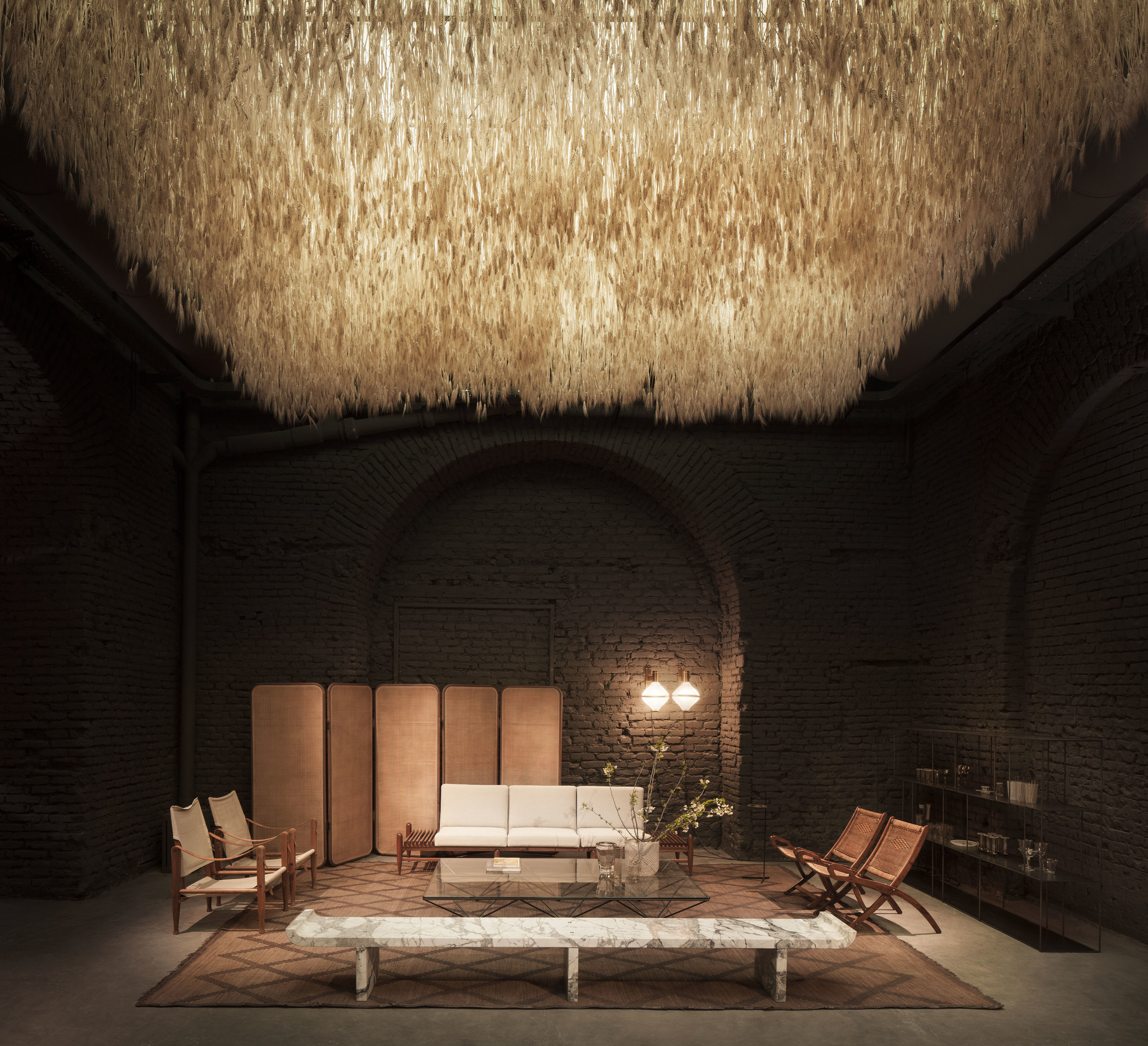 Installazione a cura di Quincoces Dragò e Irene Cuzzaniti - Un campo di grano sospeso sulla Six Gallery, in via Scaldasole 7.Foto Alberto Strada