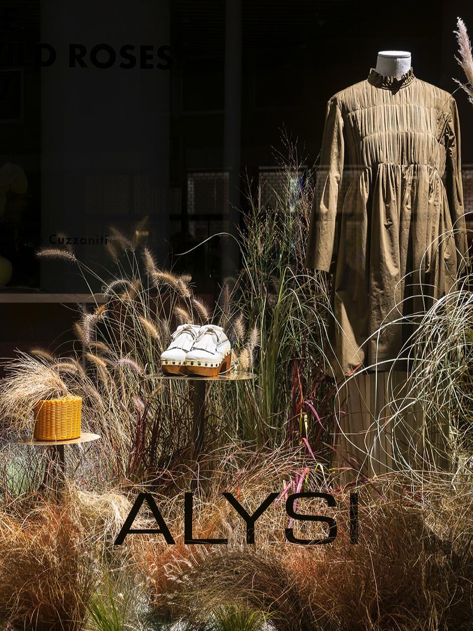 vetrina - Irene realizza la vetrina del negozio Alysi in Via Pontevetero 6, a Milano.All'interno i nostri fiori.