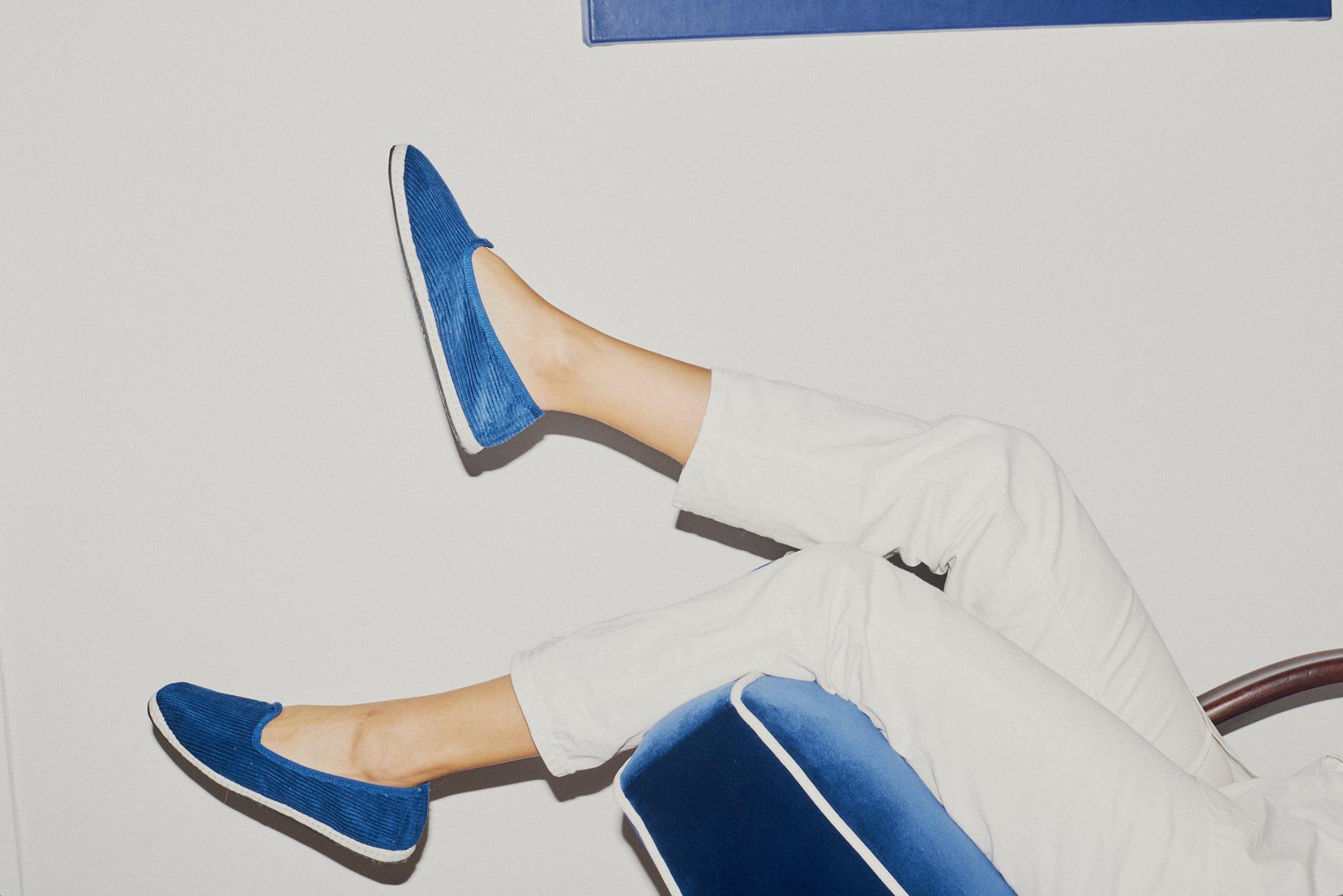 EVENTO: LAC in Fioreria - LAC sta per Limited Artisanal Collections: significa un approccio più lento alla moda che da un nuovo valore alle tradizioni.L'edizione #1 consiste in un progetto di slippers in 10 colori di velluto a coste, rivisitazione delle tradizionali scarpe friulane. In occasione di Amo il Lino verrà presentata una special edition in lino. Tutte le scarpe sono fatte a mano, utilizzando ruote di bici riciclate come suole: ogni paio è unico essendo realizzato in modo completamente artigianale. La produzione limitata e la manifattura manuale assicurano la qualità del prodotto e il minimo impatto ambientaleSi ringraziano: Birra del Borgo, Cantina dei Colli Ripani, Pastiglie Leone e Modalità Demodè