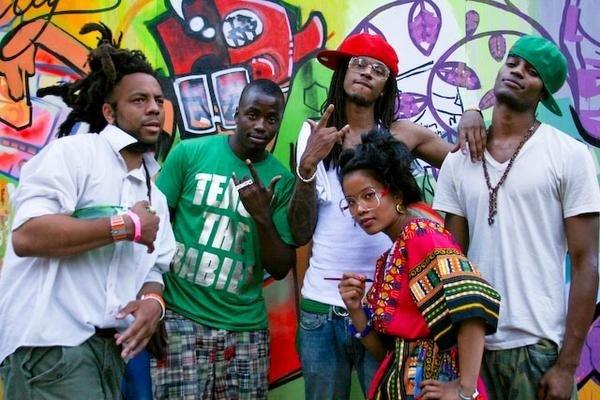 AfroPunk 2008, Brooklyn, New York. Di between Concep and Ibrahim who heavily influenced her painting. ✌🏾 to Rasu Jilani.
