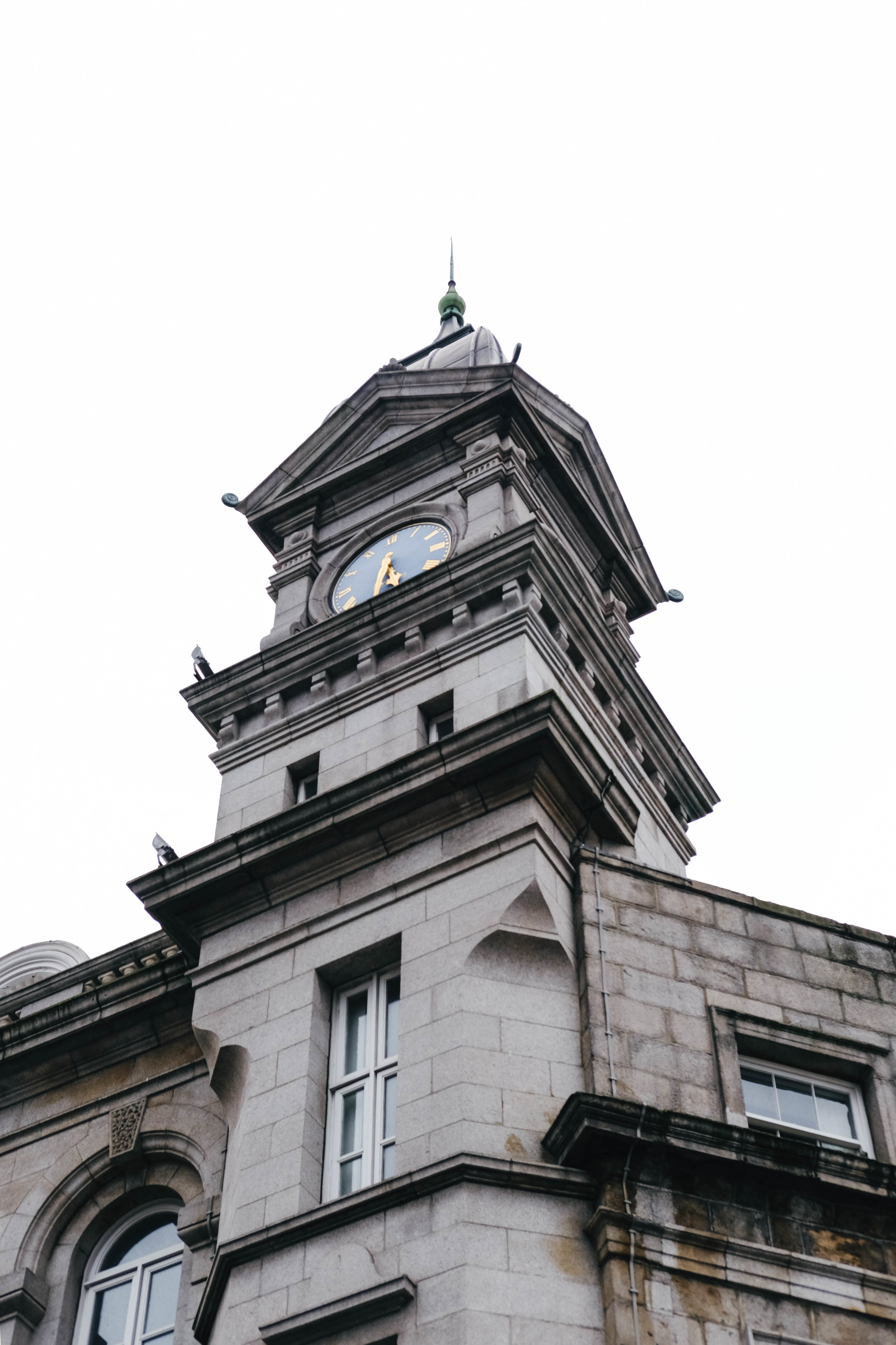 "<p style=""font-family:brandon-grotesque;font-weight:500; font-size:11px; text-center:left; color:light grey;letter-spacing: 1px"">AUGUST 7, 2017 • CLOCK TOWER • � Dublin, Ireland</p>"