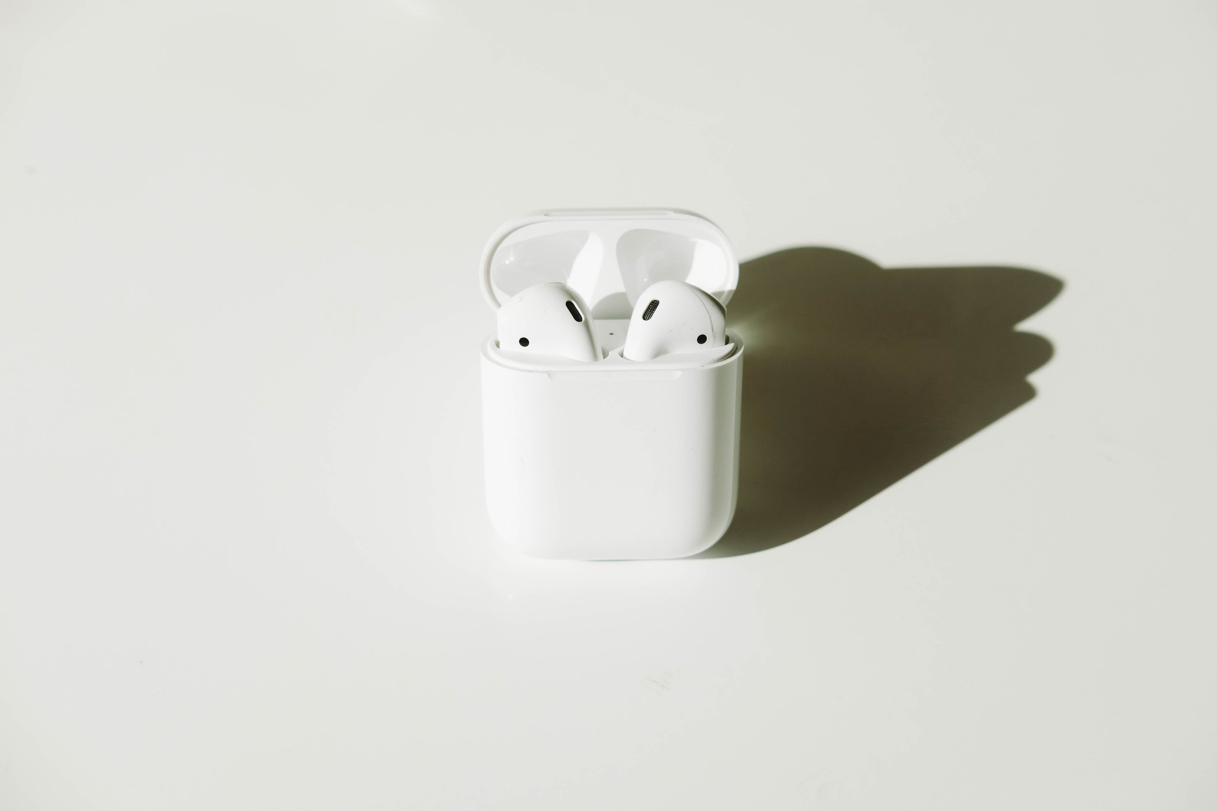 "<p style=""font-family:brandon-grotesque;font-weight:500; font-size:11px; text-center:left; color:light grey;letter-spacing: 1px"">AUGUST 15, 2017 • AIRPODS • � San Francisco, CA</p>"