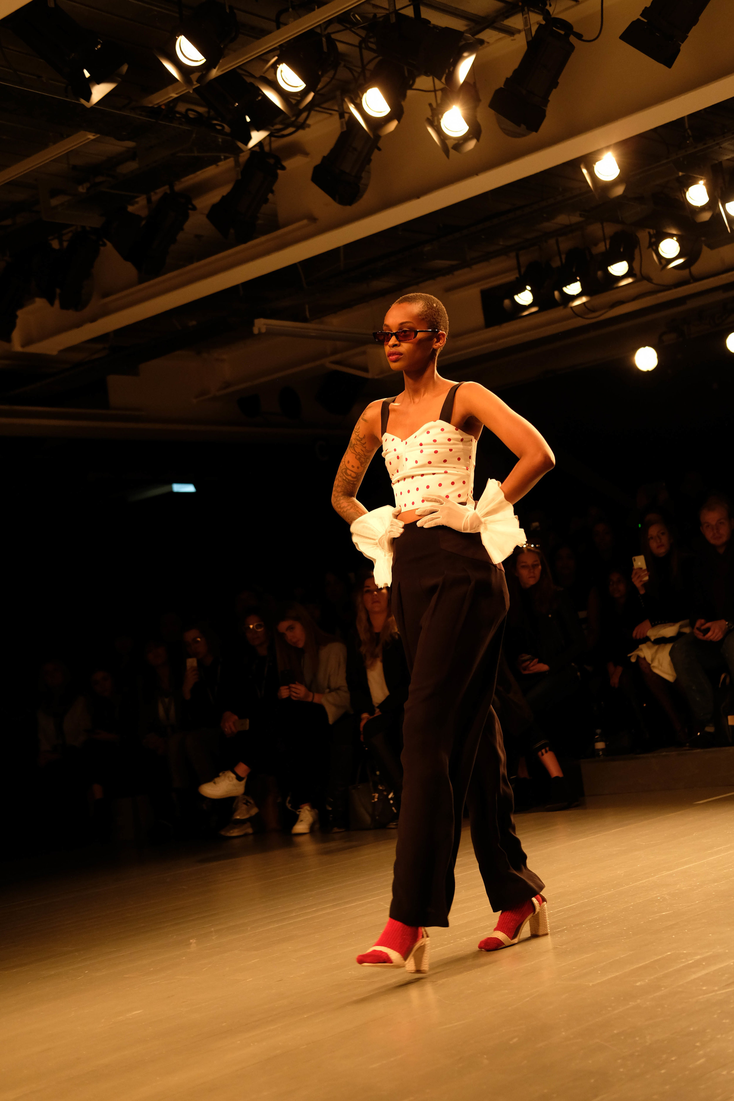 "<p style=""font-family:brandon-grotesque;font-weight:500; font-size:11px; text-center:left; color:light grey;letter-spacing: 1px"">FEBRUARY 24, 2018 • LFW '18 • �London, UK 🇬🇧</p>"