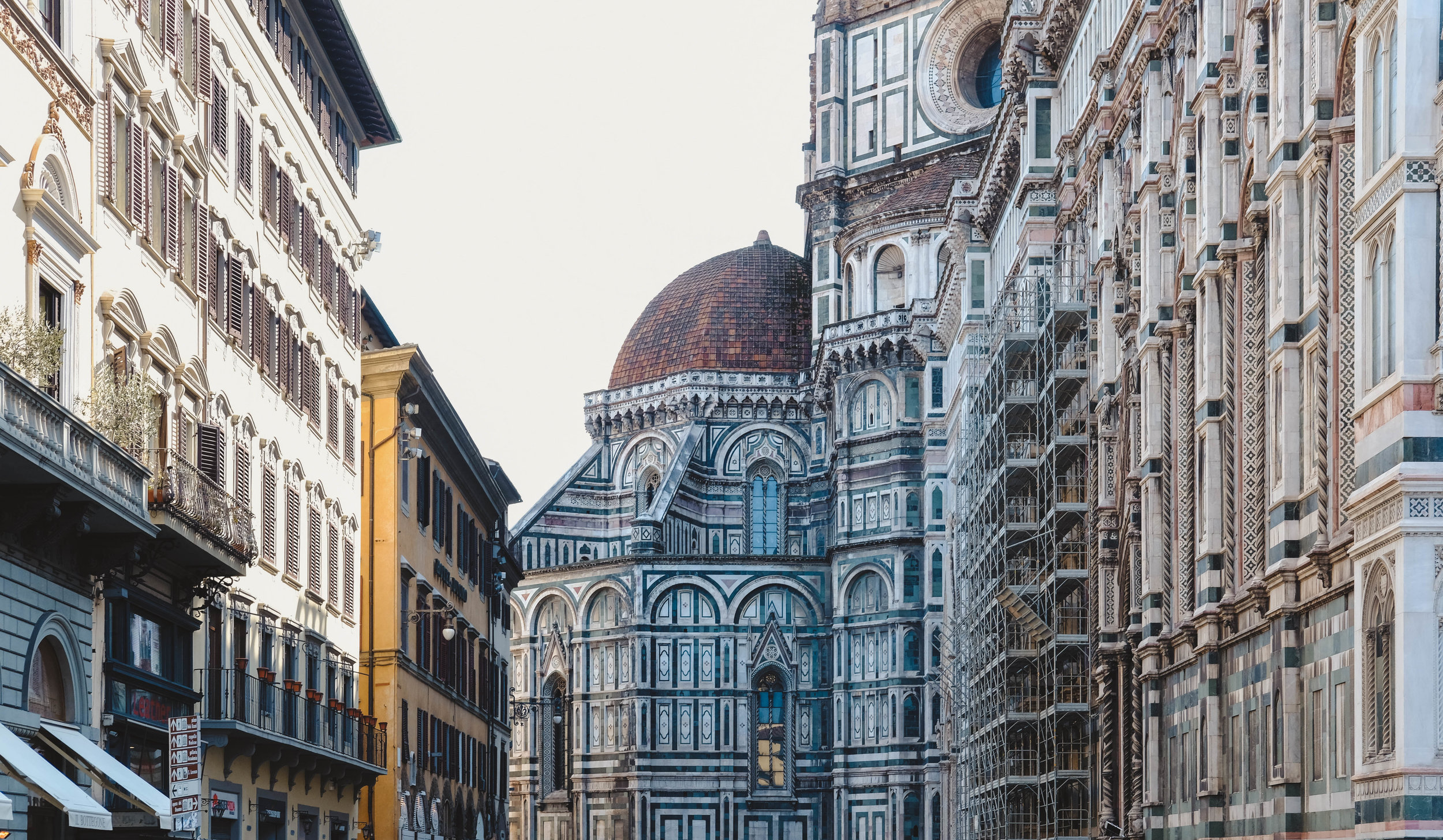 "<p style=""font-family:brandon-grotesque;font-weight:500; font-size:11px; text-center:left; color:light grey;letter-spacing: 1px"">MARCH 26, 2018 • PIAZZA DEL DUOMO • �Florence, Italy 🇮🇹</p>"
