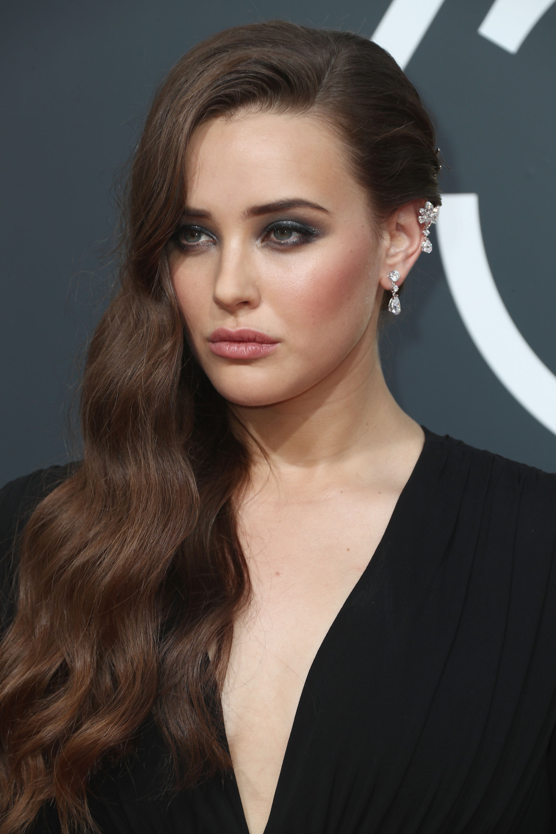 Katherine LangfordGolden Globes - Before we talk about this makeup look let's first discuss Katherine Langford's skin. So clear, so plump and bouncy, literal goals. She is a perfect example why skincare should always come first to makeup because when you have good skin makeup just enhances that, rather than trying to cover it up. Okay now let's talk about the makeup. I love this glittery smokey eye paired with the rose tone blush and lip. It makes it a bit more approachable and less scary to recreate. I'm never dip into blacks or greys but this look is giving me so much motivation to finally try it out.