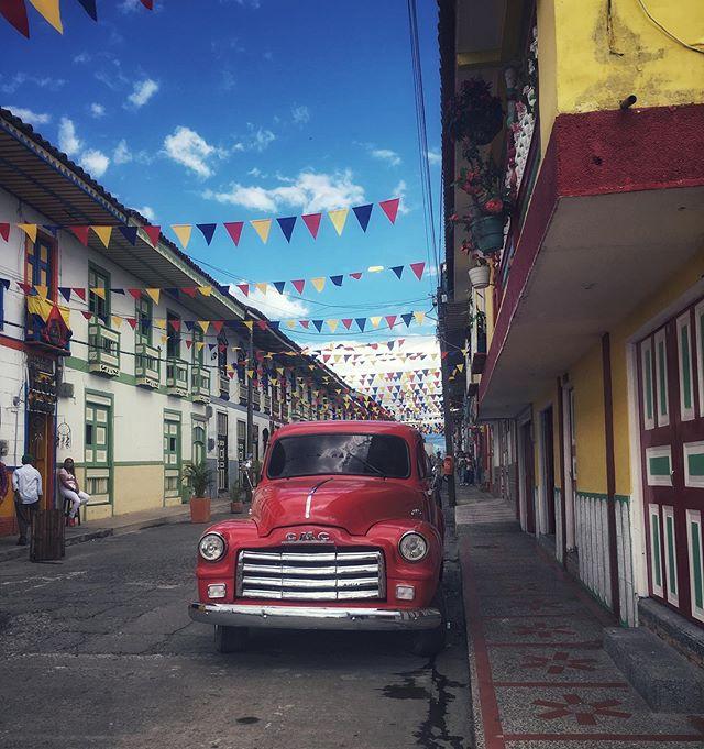 ❤️ . . . . #filandia #quindio #colombia  #wanderlust  #travelphotography  #streetphotography #wayfaringwandering #hypercolor #bunting #GMC