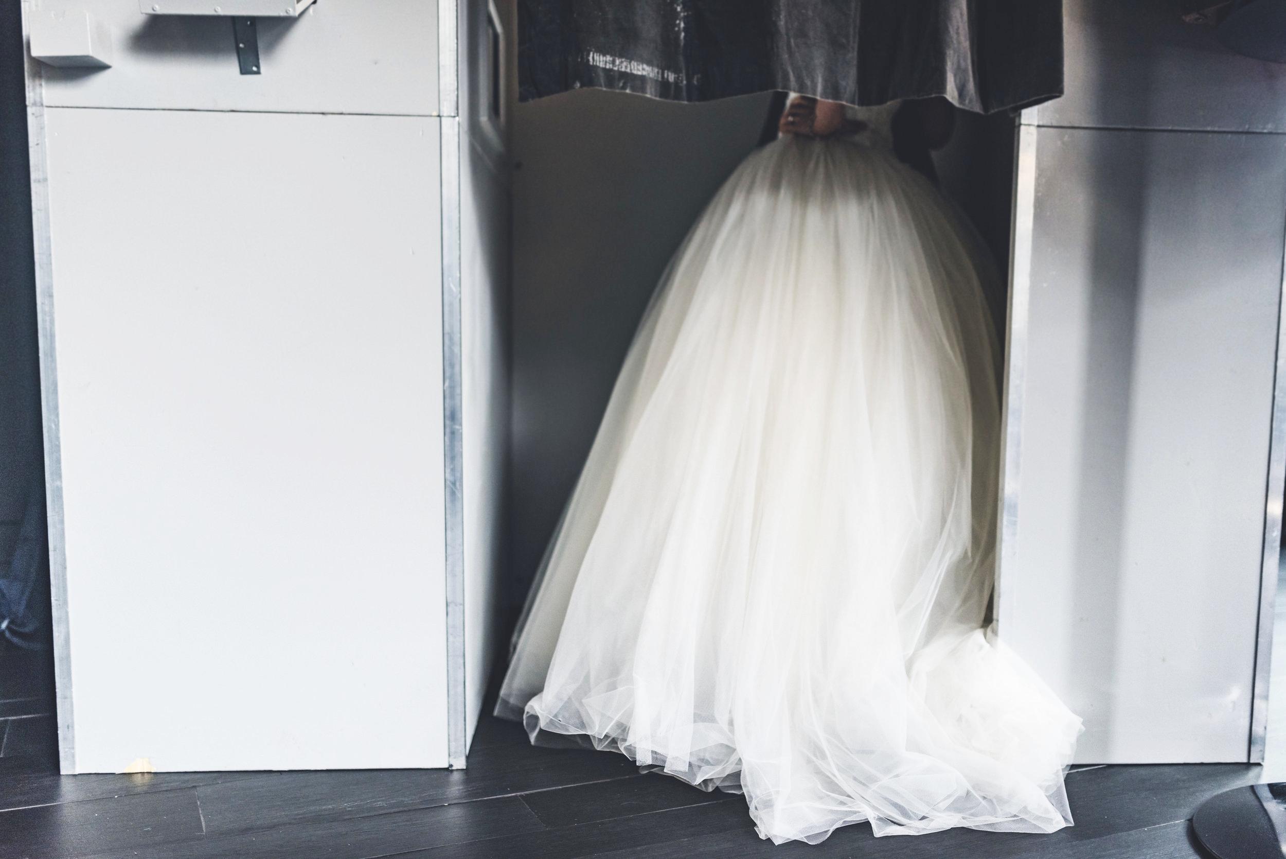 Bruid in photobooth op bruiloft