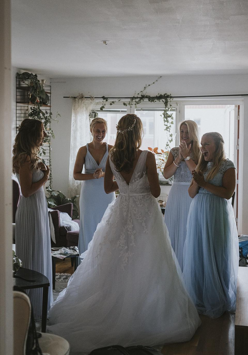 Älskar denna bild! Reaktionen på Mikaelas vänner när hon är klar och redo att gifta sig ♡