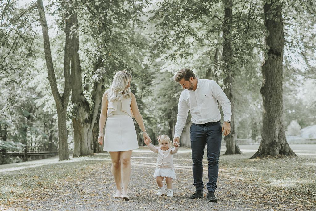 Hela familjen på promenad