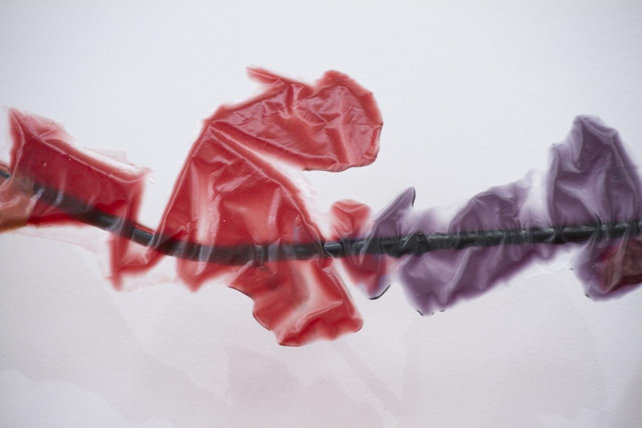 Romain Vicari,  Aquarius , 2016. Composition murale: résine transparente colorée, résine opaque sablée, métal, colorants, plâtre. Algue, dimensions variables