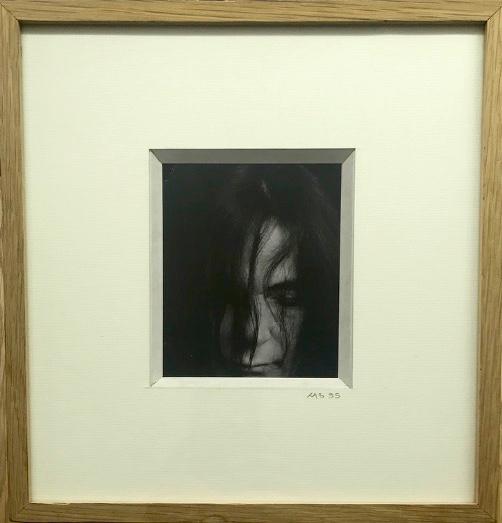 Michèle Sylvander,  Autoportrait (NB) , 2017. Photographie polaroïd, 11 cm x 9 cm