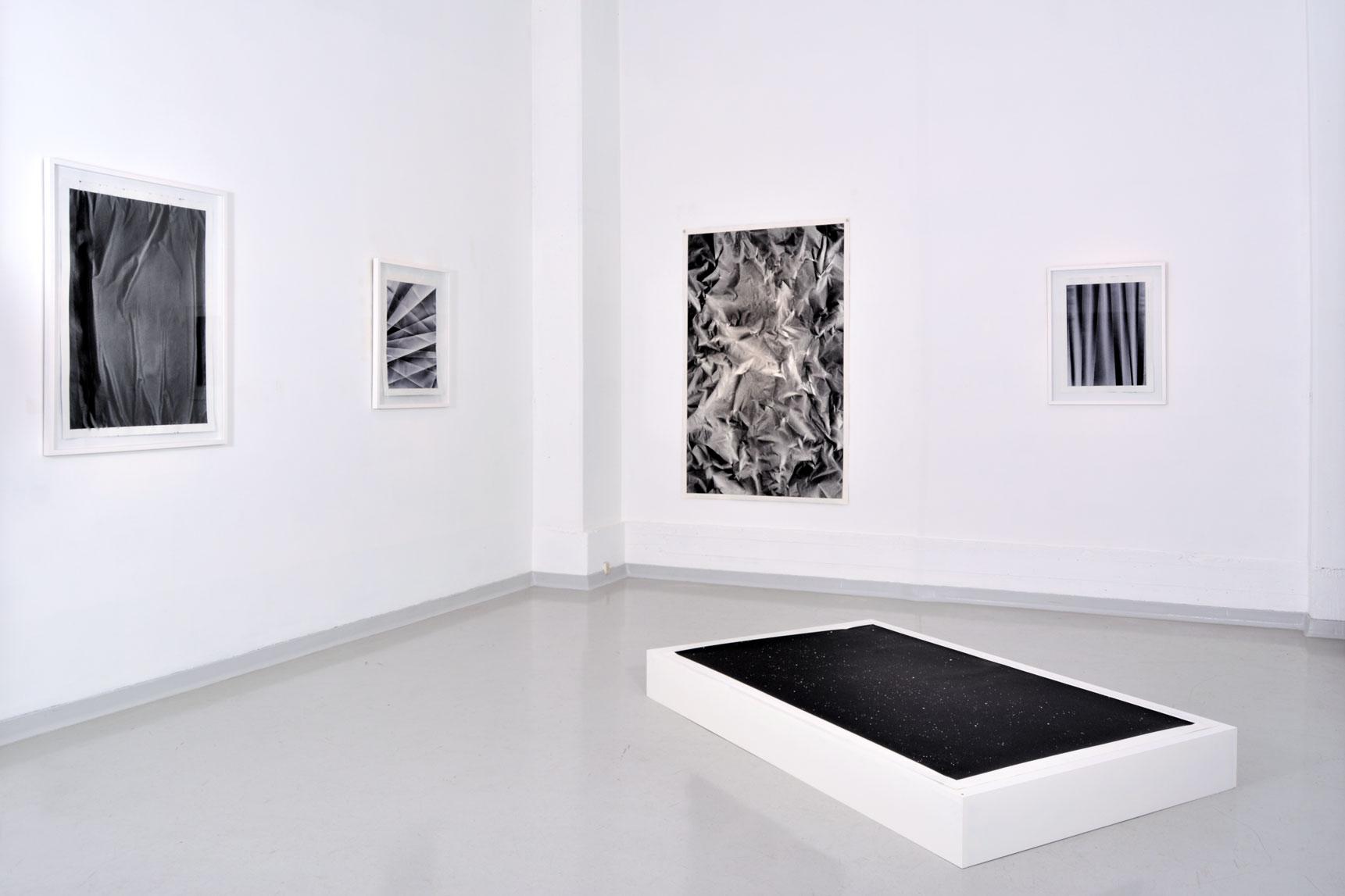 Benjamin Ottoz_ Double V Gallery_ Vue de l'exposition  Ninfa Fluida  Native Auctions  Bruxelles Peinture acrylique sur papiers, dimensions variables, 2017..jpg