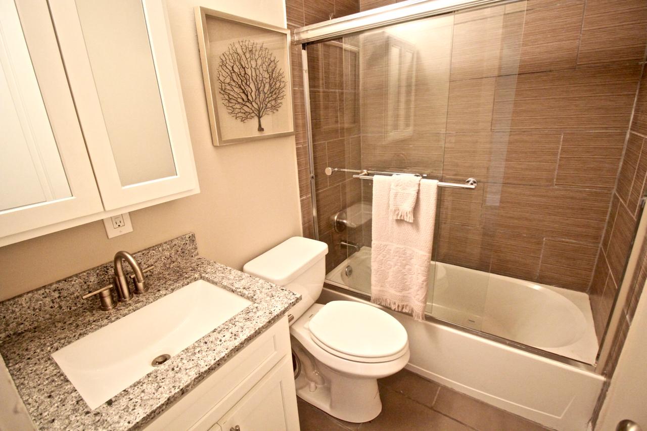The Lakota on Grand Bathroom | Kansas City Plaza Apartments