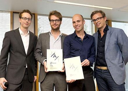 De eerste prijs ging naar Bokkers van der Veen Architecten uit Rotterdam met hun plan 'hetwerk[t]huis'. Op de foto Tom Bokkers en Joep van der Veen geflankeerd door links Van Raaij en rechts Roeleveld.