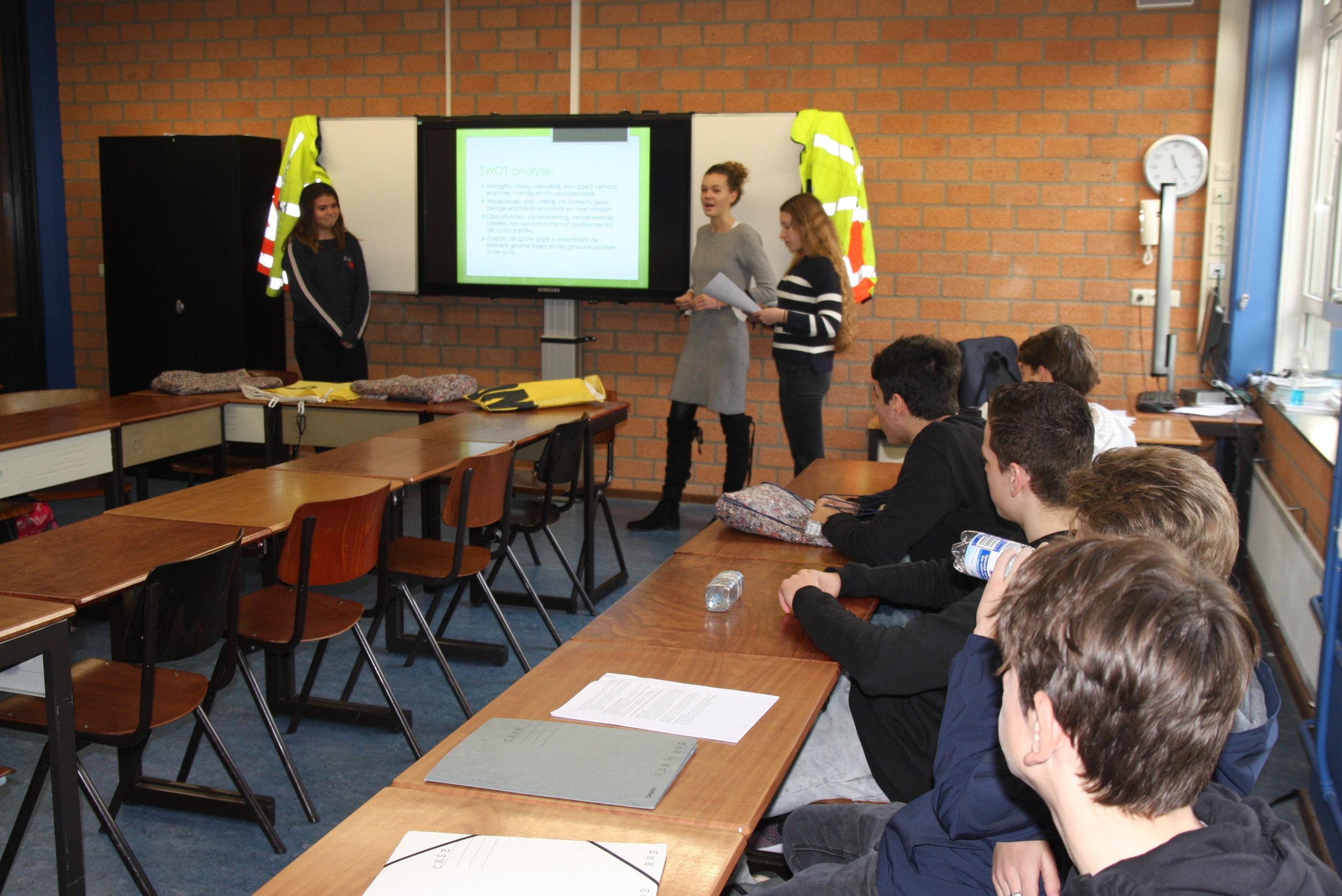 De leerlingen economie adviseren VanDeBouwplaats bij het opzetten van een verkoopkanaal van de afvaltassen. Hun advies wordt gebruikt in de verdere ontwikkeling van de afvaltas.