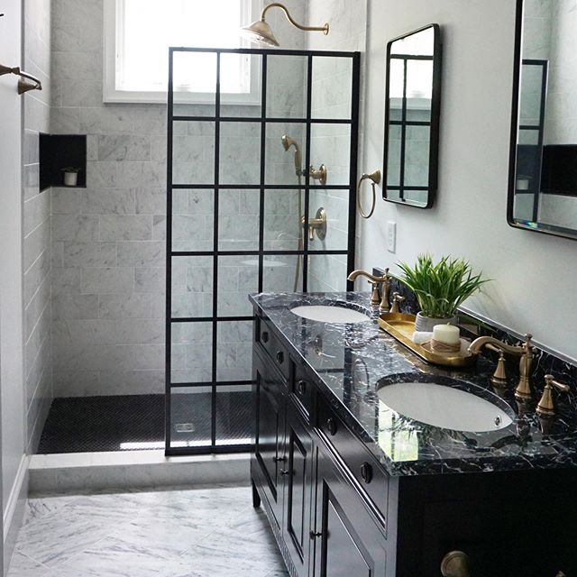 Black and white and some natural light for this Pied-à-terre downtown