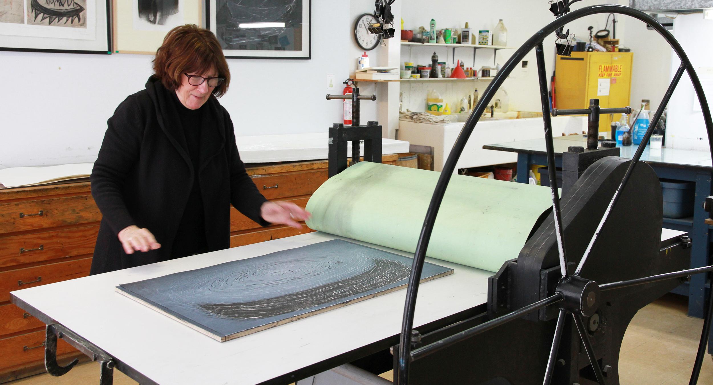 Aline Beaudoin au travail. Technique d'estampe : gravure sur bois.  Qu'est-ce que c'est? Crédit photo : Catherine Leblond.