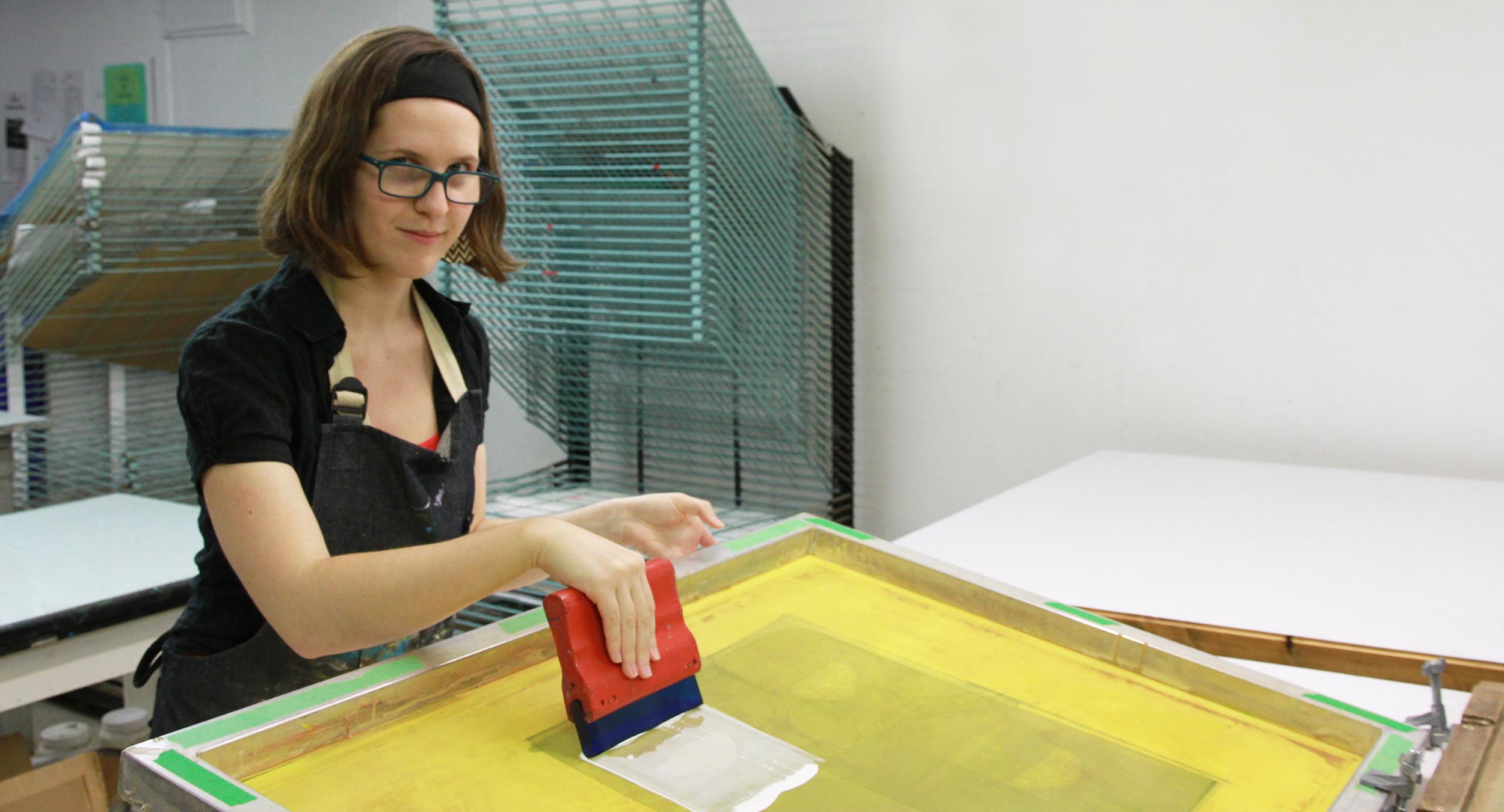 Patricia Bouffard-Lavoie au travail. Technique d'estampe : sérigraphie.  Qu'est-ce que c'est? Crédit photo : Catherine Leblond.