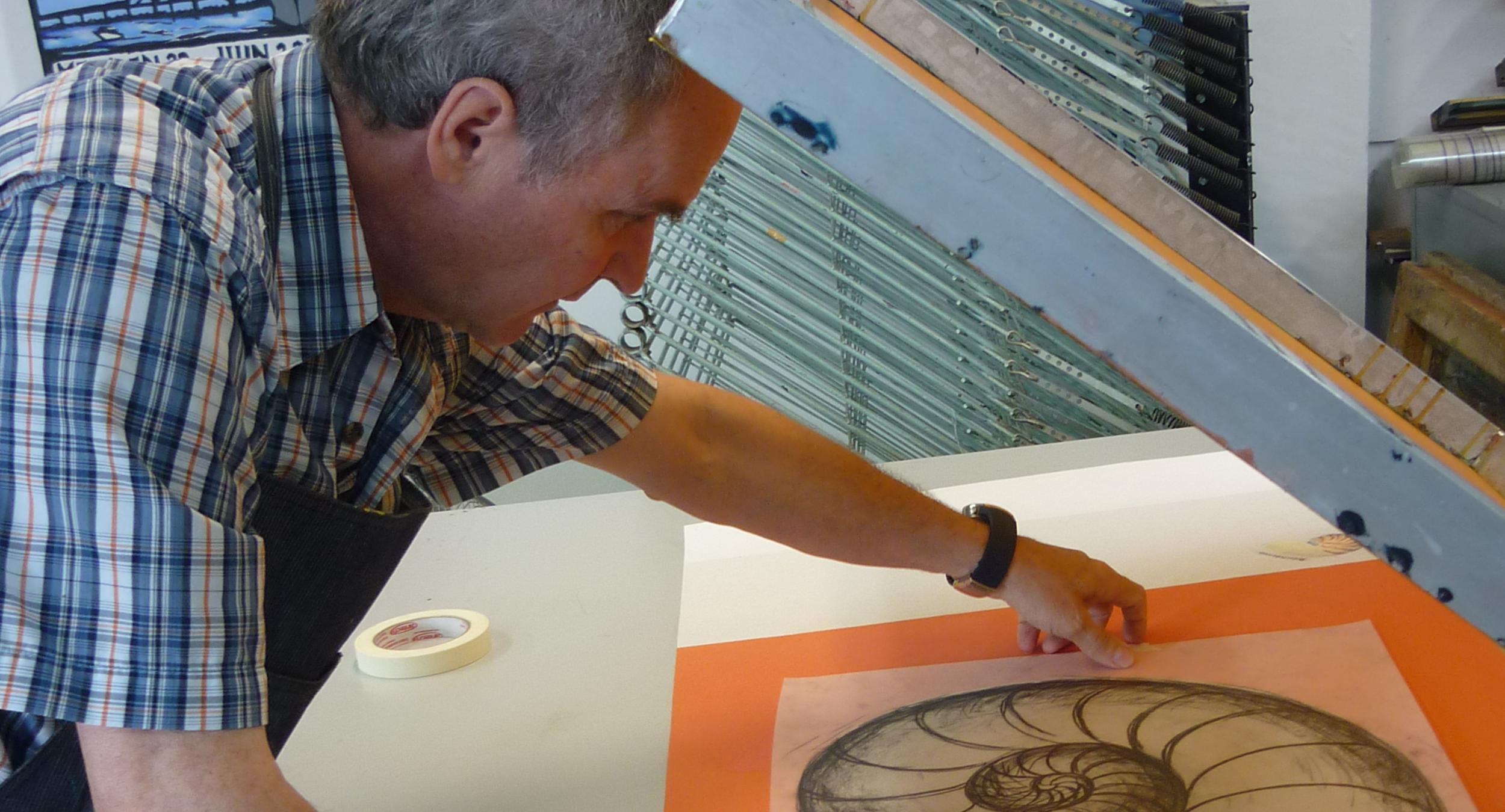 Denis Charland au travail. Technique d'estampe : sérigraphie.  Qu'est-ce que c'est?