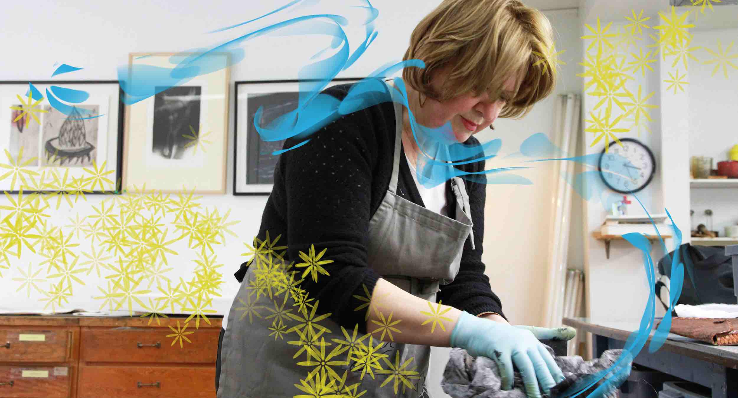 Louise Courchesne au travail. Technique d'estampe : eau-forte.  Qu'est-ce que c'est? Crédit photo : Catherine Leblond.
