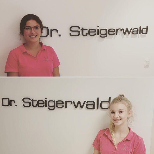 Heute dürfen wir euch ganz stolz unsere zwei neuen Gesichter vorstellen 🤗 Seit gestern verstärken Acelya in Rosenheim und Antonia in Prien als Auszubildende unser Team 🥳 Wir freuen uns riesig, dass ihr da seid und wünschen euch alles gute und viel Erfolg 🍀🍀🍀 🦷 🦷 🦷  #nachwuchs #bereicherung #team #schenkeandereneinlächeln #ausbildung #azubi #zfa #zahnmedizin #zahnmedizinischefachangestellte #schöndassihrdaseid #kfosteigerwald #kieferorthopädie #kfo #orthodontics #orthodontists #zahnspange #rosenheim #prienamchiemsee