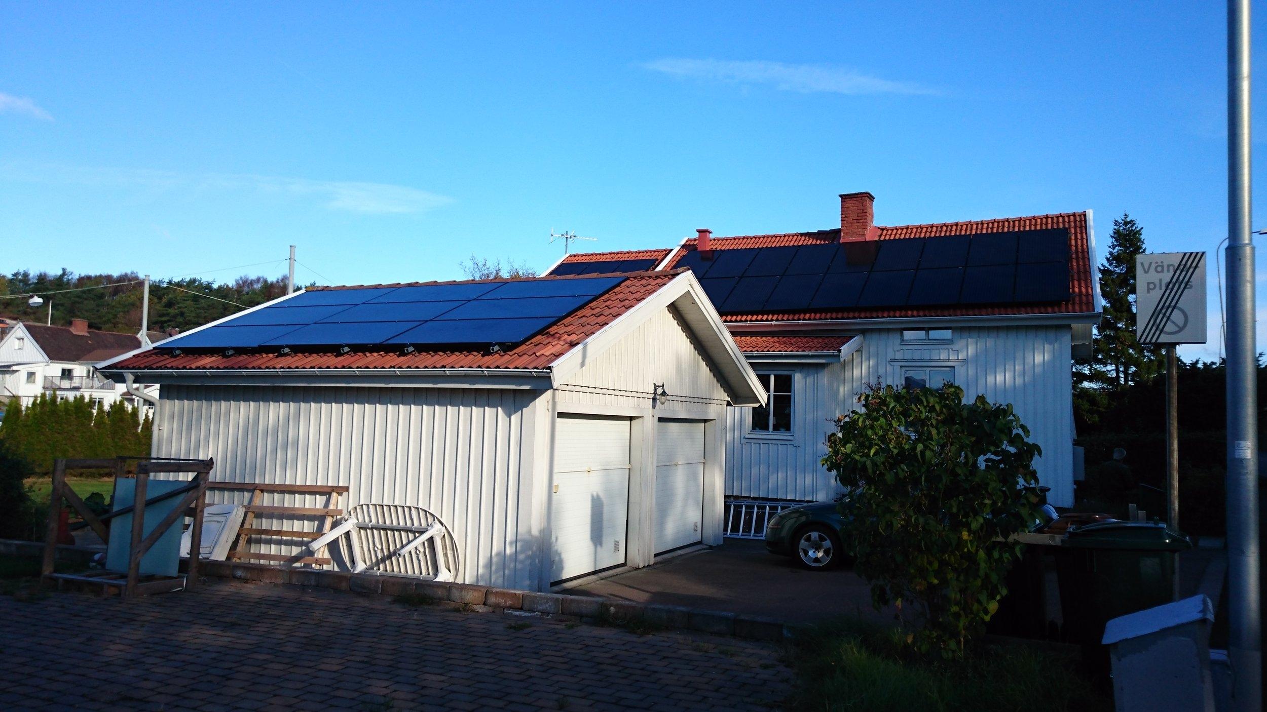 Huvudbyggnad och garage, 30 st 325W EC Solar svarta  Investering 178 000 kr, återbetalningstid 10 år  Energiproduktion 10 700 kWh/år