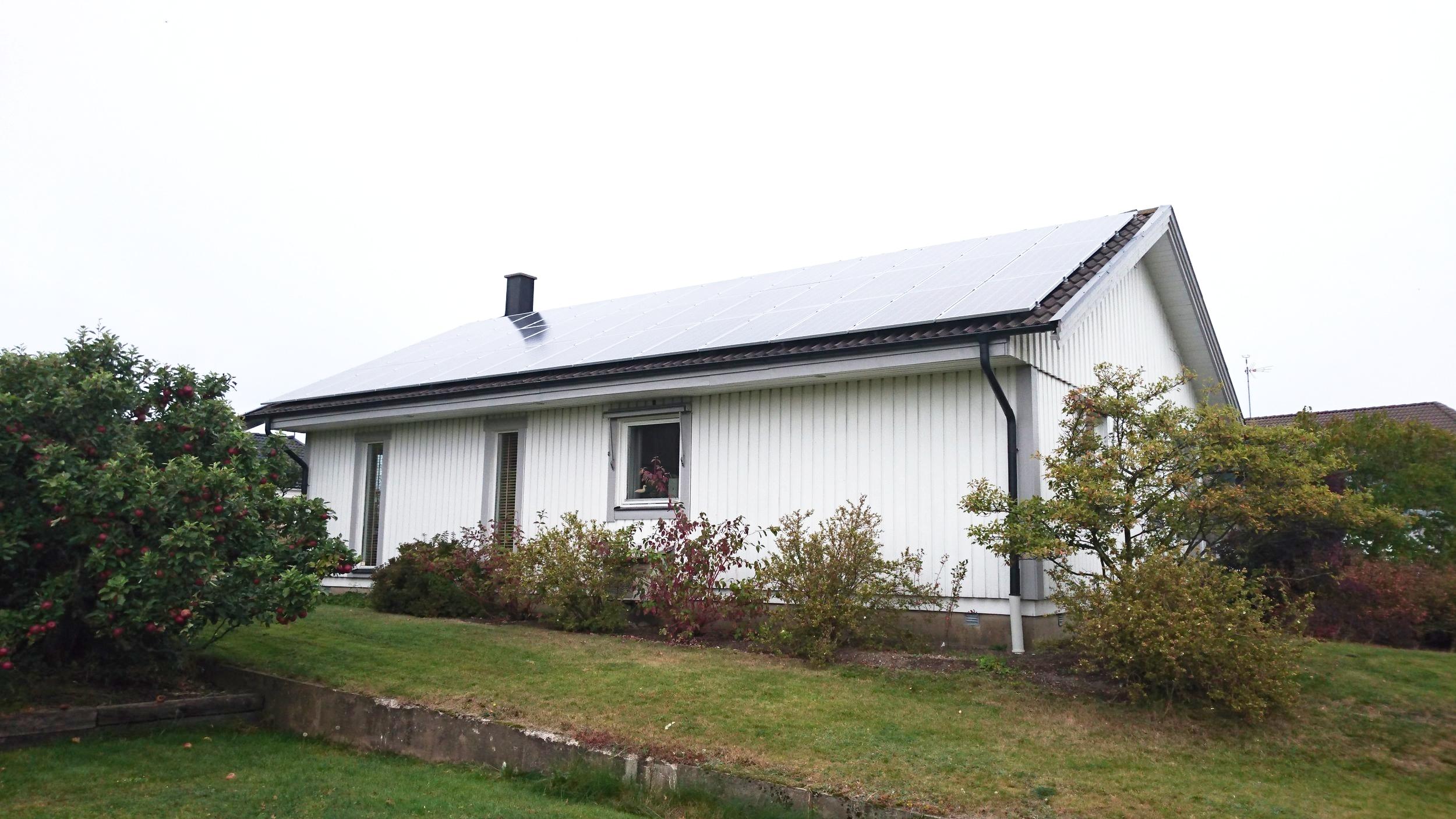 39 st 265W Hareon Solar  Investering 159 000 kr, återbetalningstid 8 år  Energiproduktion 11 100 kWh/år
