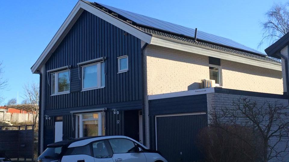 22 st 250W Hareon Solar svarta  Investering 103 900 kr, återbetalningstid 12 år  Energiproduktion 5 300 kWh/år