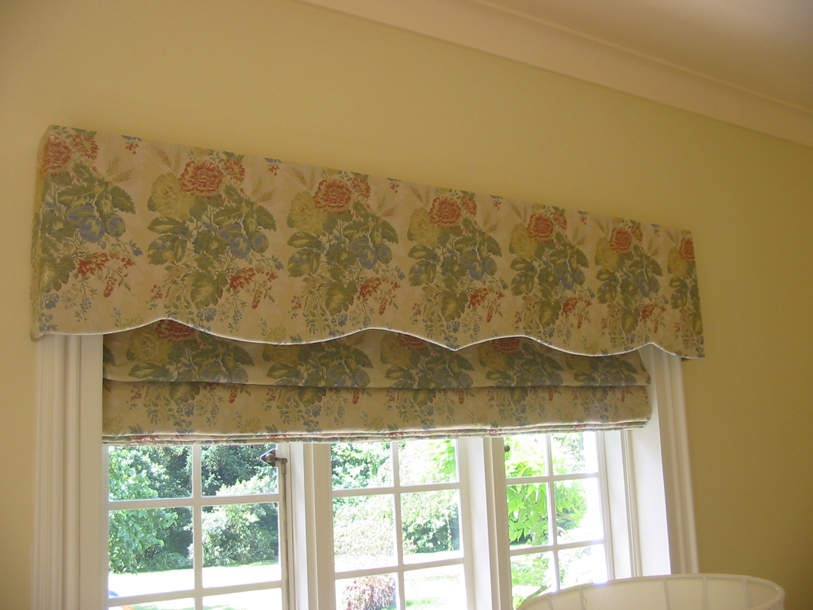 floral curtain pelmet with matching roman blinds