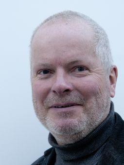 Jon P. KnudsenFørsteamanuensis - Knudsen er doktor (Fil.dr) i samfunnsgeografi fra Lunds Universitet, Sverige, og cand.philol. fra Universitet i Oslo.Han har tilleggsutdanning i presseledelse fra Norge og USA.