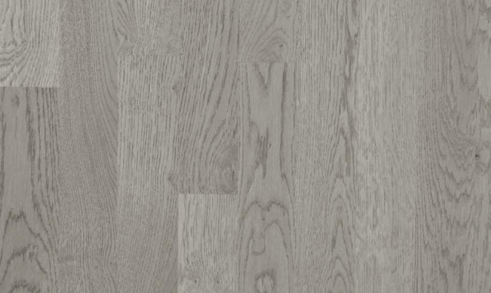 <b>NYHETEN Karelia Eik Shadow Grey 3-stav</b> <br>har en overflate som først er aldret, børstet og deretter behandlet med hvit olje. Denne spesialbehandlingen fremhever treets naturlige fibermønstre.