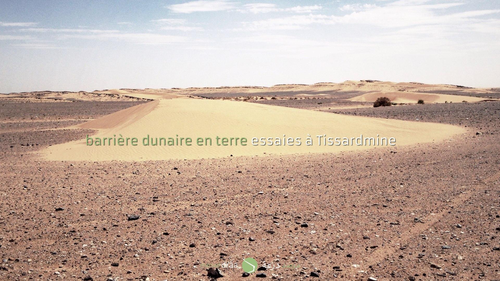 Afin de tester la viabilité des barrières du projet d'Amezrou, on a décidé de construire un mur en terre adapté à la forme d'une petite dune..