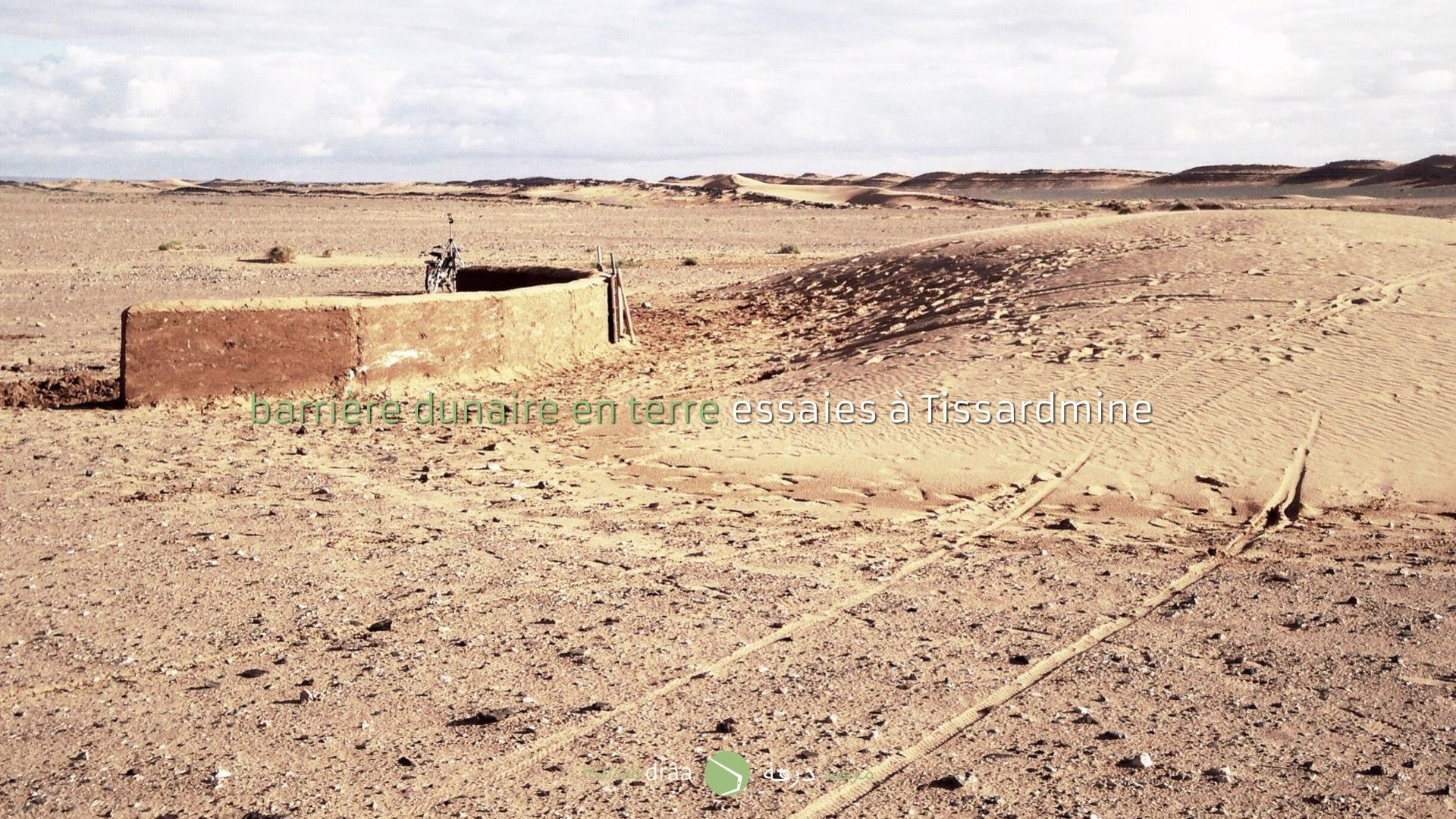 Avec l'aide de Cafe Tissardmine et des habitants du village, on a construit un mur courbe (qui aura deux niveaux) et qui nous permettra d'observer et étudier le comportement de la dune face à cet obstacle. - pourra le mur arrêter l'avancement de la dune? - sera le mur dépassé par le sable? Par où? Pourrait-on dévier le parcours de la dune? - pourra une forme aérodynamique être plus utile à l'heure de construire une maison, de telle sorte qu'elle permette le libre parcours de la dune, sans avoir besoin de désensabler la maison?