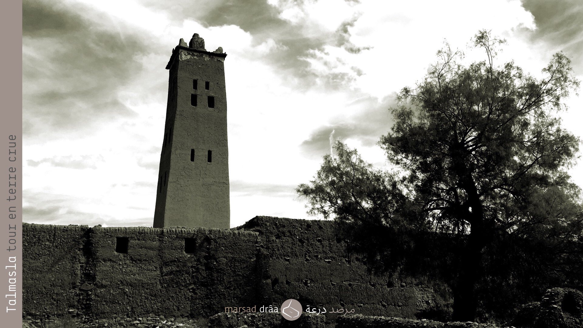 5. Mais dans le patrimoine architectural, on rencontre des exemples des tours faites en terre crue, c'est le cas du minaret de la mosquée de Talmasla, dans la palmeraie de Tinzouline, une des 5 minarets en terre de la province de Zagora (il y a plus de 300 mosquées bâties en terre).