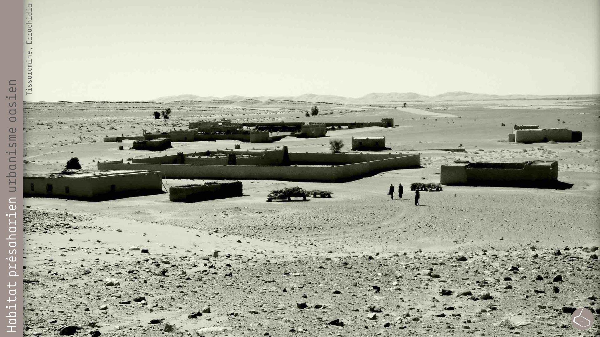32. Non plus face au sable qui arrive de Merzouga, dans un environnement assez extrême.       32. Neither against the sand approaching from Merzouga, in a quite extreme environment.