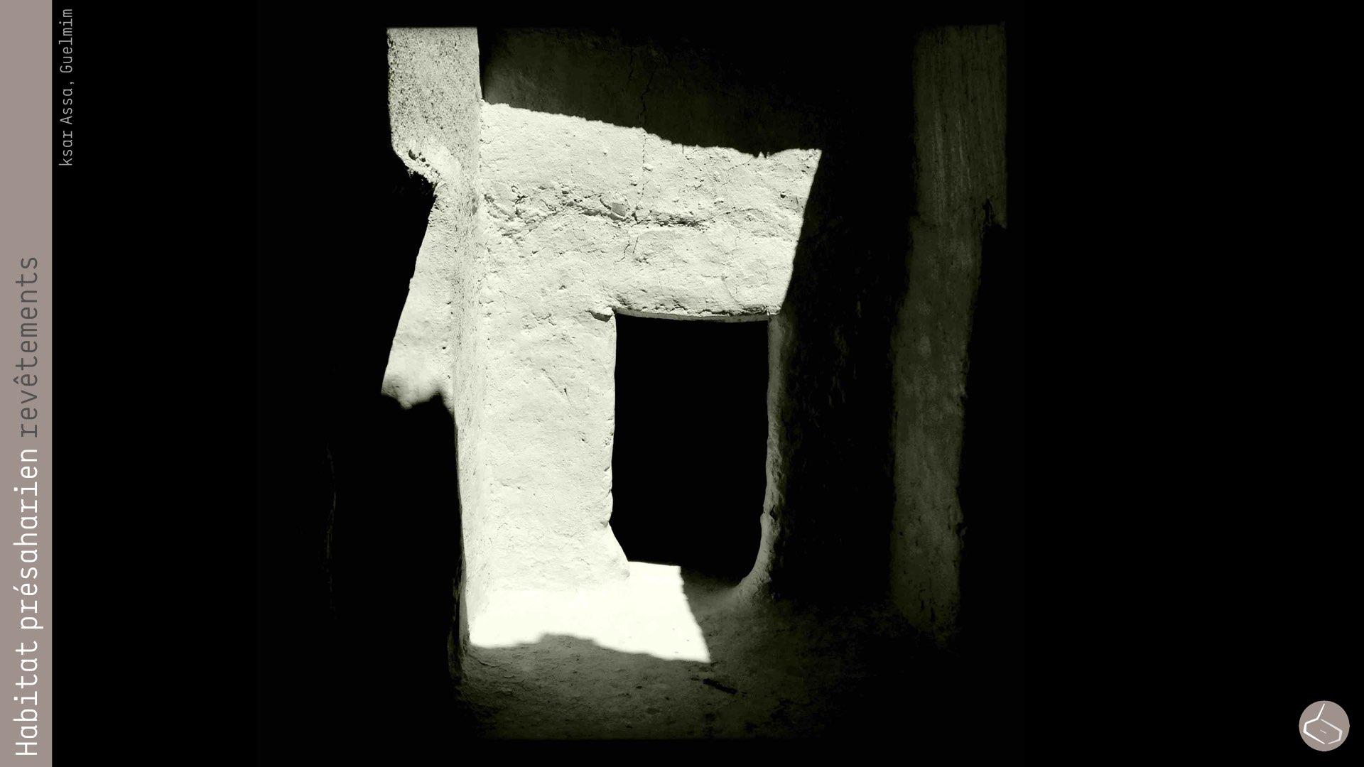 65. De fois, ils rajoutent une couche finale à base de colle à bois, qui permet de respirer le mur et empêche la décomposition du torchis. En tout cas, le meilleur revêtement pour les murs en terre reste l'enduit de chaux et sable. Malheureusement l'absence historique des fours à chaux a fait que ce matériel n'ait pas été très utilisé. On l'a vu au ksar d'Assa (Guelmim) et dans la casbah Al-Alouj de M'hamid (Zagora).       65. Sometimes, they add a final layer based wood glue, which let the wall breathe and prevents the decomposition of mud. Anyway, the best coating for earthen walls remains a coating of lime and sand. Unfortunately, the historical lack of lime kilns made this material not widely used. We just saw it in the ksar of Assa (Guelmim) and the kasbah Al-Alouj M'hamid (Zagora).     Ksar Assa: https://www.facebook.com/media/set/?set=a.10151844072978844.1073741843.667383843&type=3     Casbah Al-alouj: https://goo.gl/photos/T8rdTyPuEsQ9ch2p8