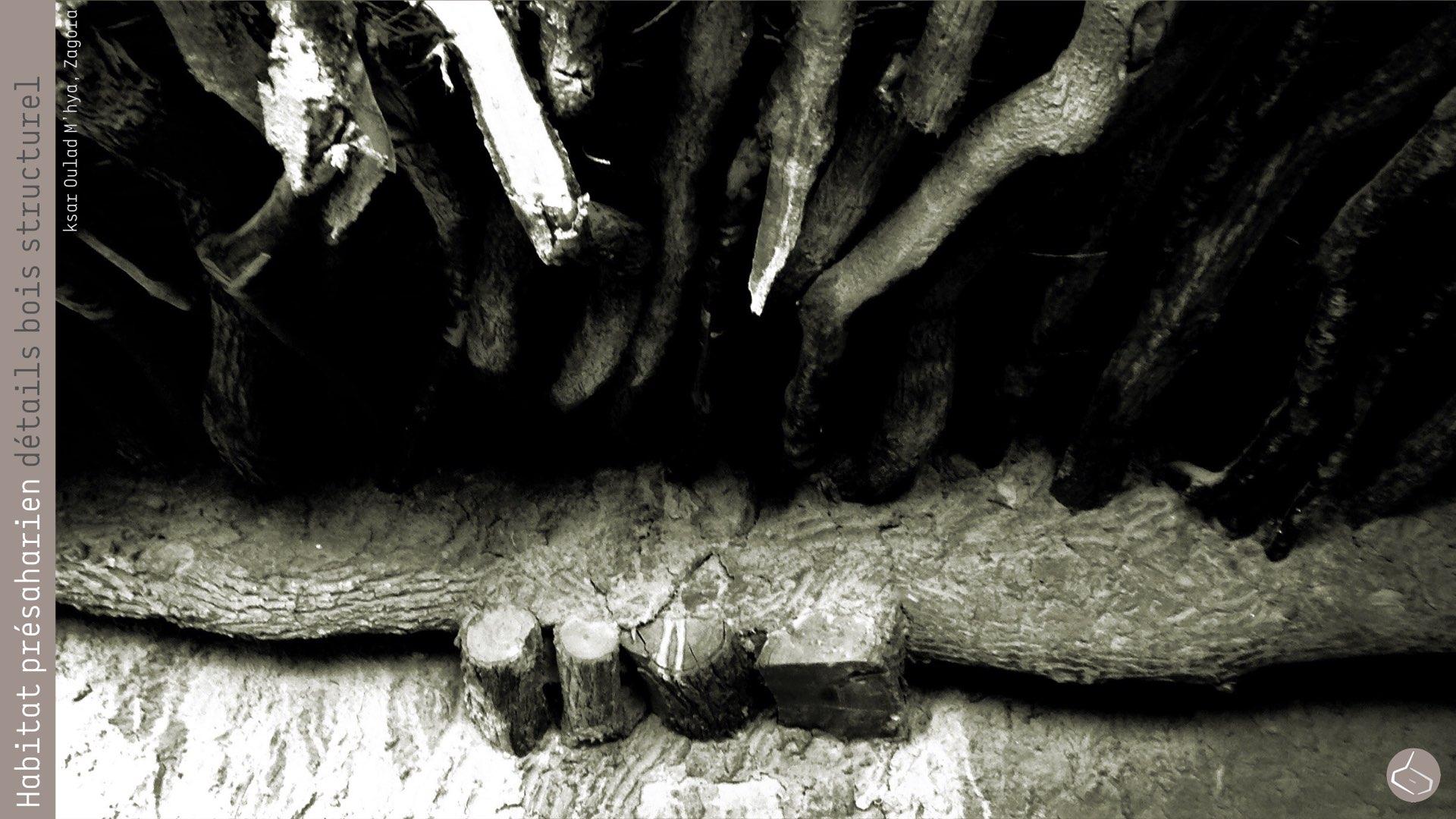 67. La dégradation qui souffrent les murs avec la poussée horizontale transmise par les poutrelles en bois, peut être mitigée si l'on utilise une poutre parallèle au mur, de telle manière que les petits mouvements de la structure horizontale ne se reproduiront sur le mur, une solution que l'on trouve seulement dans l'oasis de M'hamid.       67. The degradation suffered by walls with the horizontal thrust transmitted by the wooden beams, can be mitigated if there is a beam parallel to the wall, so that the small movements of the horizontal structure will not be transmitted directly on the wall, a solution we just saw in the oasis of M'hamid.