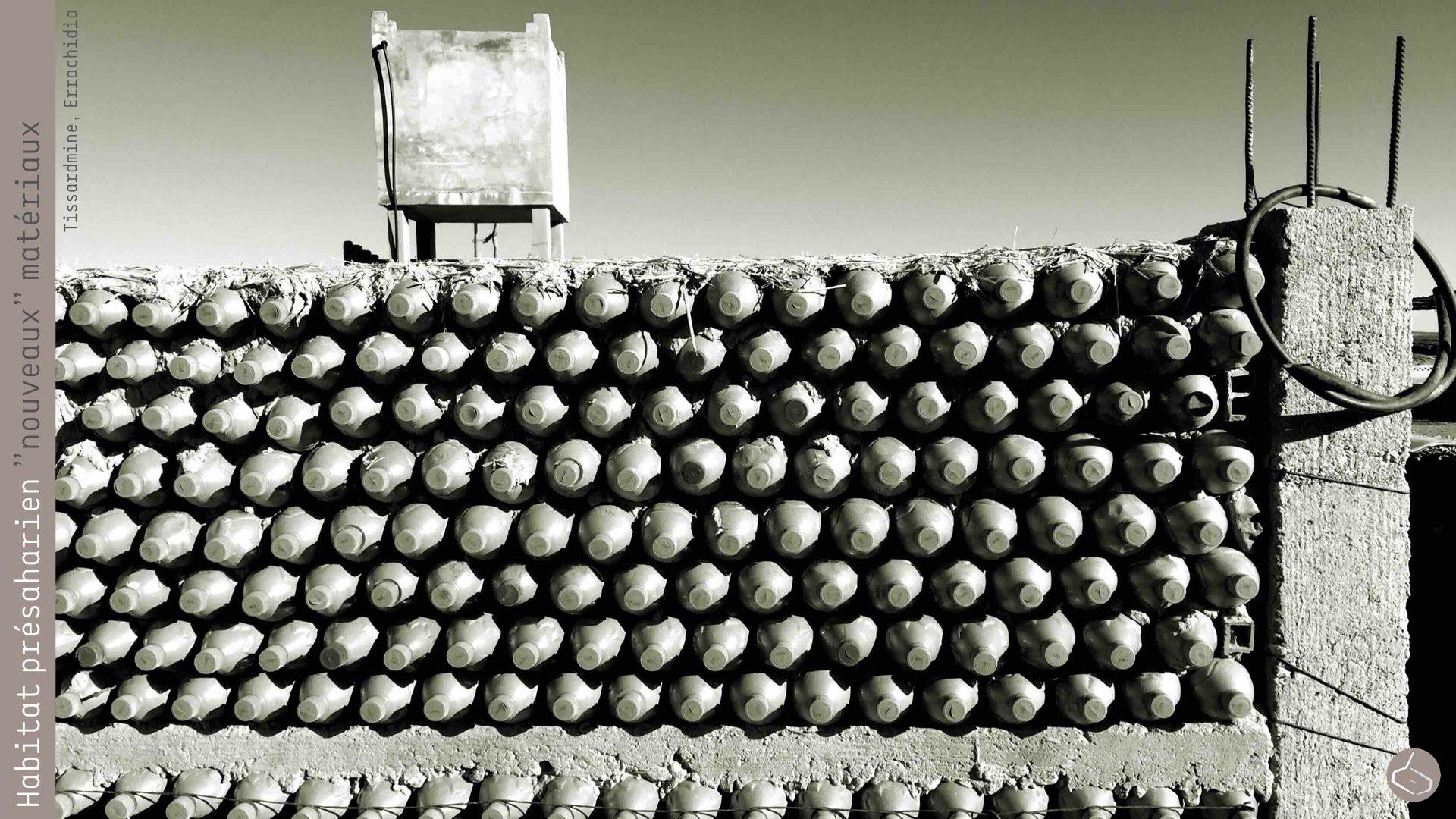 88. On devrait aussi explorer les possibilités d'autres matériaux qui non seulement se trouvent facilement dans certaines régions, si non qu'en plus, créent pas mal de problèmes. Et si l'on construisait avec un matériau qui a, pratiquement, le même coefficient de transmission thermique que la terre? Et si l'on construisait en sable? Café Tissardmine est en train de faire des murs avec des bouteilles en plastique remplies avec du sable. Le défi que nous voulons mener serait de construire des murs en terre et sable…       88. It should also be explored the possibility of using other materials that are readily available in some areas and create a lot of problems. And what if we could build with a material that has practically the same heat transfer coefficient than earth? And if we could build with sand? Café Tissardmine is doing walls with plastic bottles filled with sand. The challenge we would like to carry out, would be to build walls with rammed earth and sand ...     https://www.facebook.com/marsaddraa/photos/?tab=album&album_id=1403355686551868