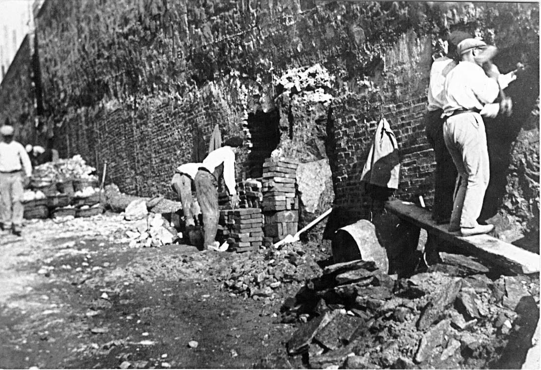 Obreros trabajando en el fortalecimiento de la escarpa del Foso seco. Foto Rubio.