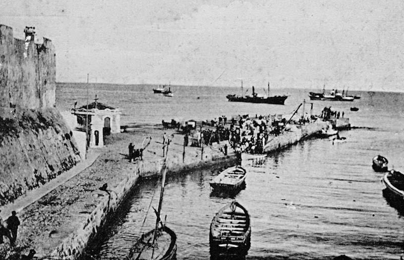 Embocadura del foso seco, con el muelle de Comercio y el baluarte de San Juan de Dios con su primitiva altura, hacia 1906. Ed. Postal Vda. de J. Martínez.