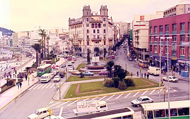 La plaza de Galera, hoy Constitución, con la fachada de ladrillo del Mercado, la fuente y los parterres que sustituyeron a los jardines de San Sebastián.